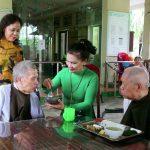 Chị Nguyễn Thị Bạch Tuyết (áo xanh) ân cần bên bữa cơm của các cụ cao niên Ảnh Nguyễn Đình Toán