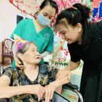 Chị Nguyễn Thị Bạch Tuyết trò chuyện cùng một cụ cao niên. Ảnh Nguyễn Bạch Lan